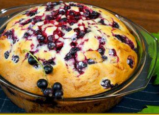Заливний пиріг з чорною смородиною — ароматний десерт для затишного вечора