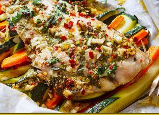 Риба в пергаменті — соковита страва, яка сама себе готуює